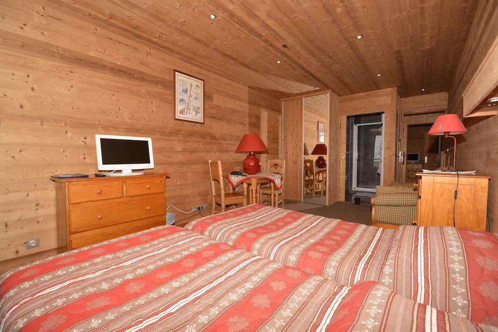 H tel le d me alpe d 39 huez chambre ouest avec balcon for Derniere chambre hotel